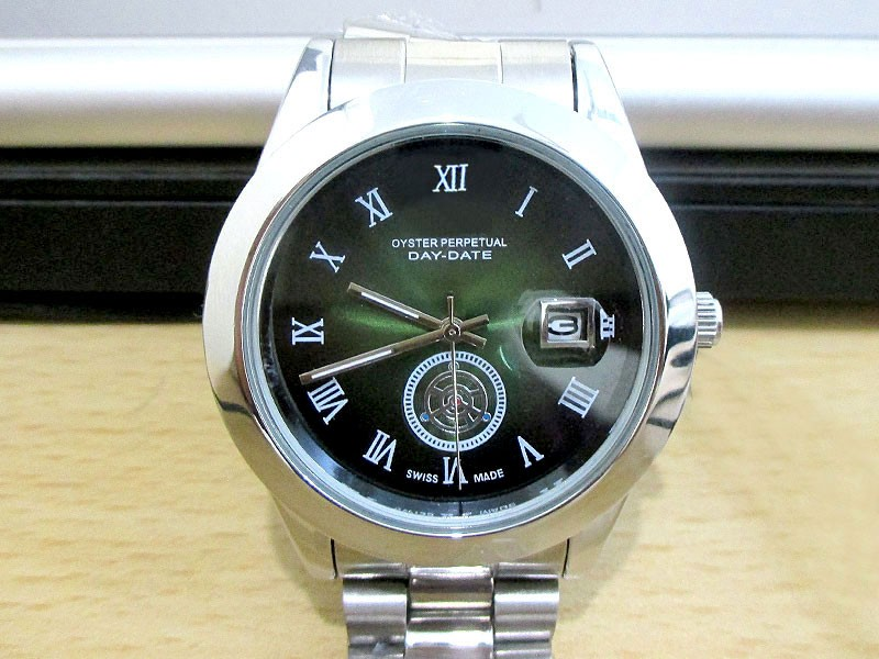 Elegant Men's Green Dial Date Watch
