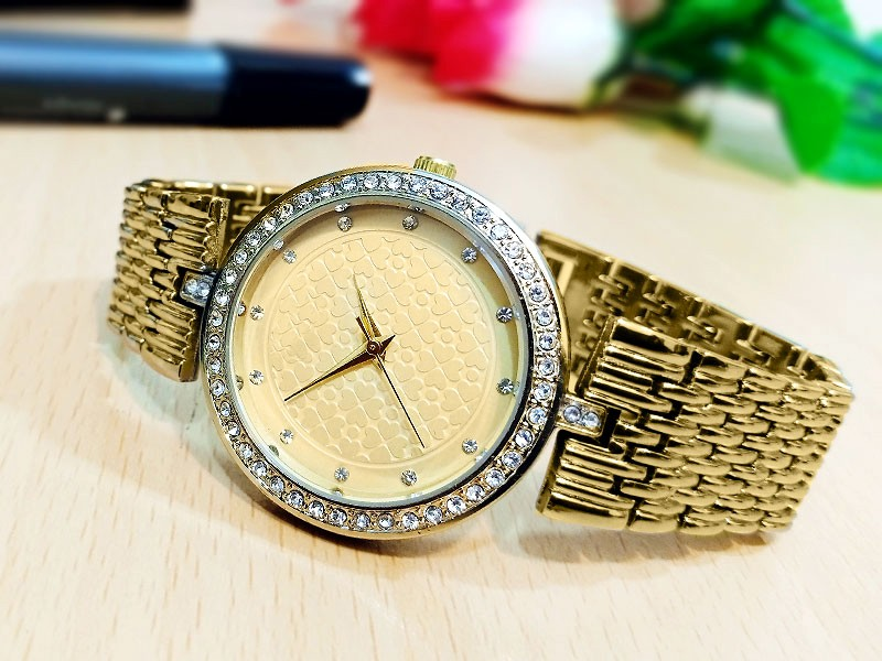 Elegant Ladies Golden Bracelet Watch